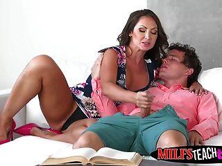 Milf und Stieftochter teilen Robys Dick