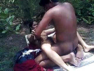desi Liebhaber spielen Sex im Park