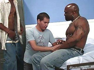 Amateur weißer Kerl wird von schwarzen Dudes gangbanged