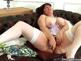 britische milf janey arbeitet ihre köstlich behaarte pussy