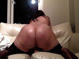 mollige sexy Brünette reitet Dildo vor der Webcam