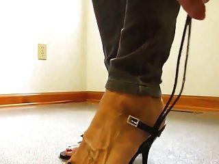 reife Dame nackte Füße High Heel Schuhe