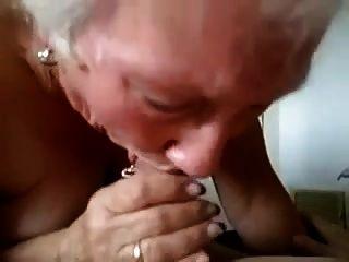 Oma gibt ihm einen ernsthaften Blowjob!