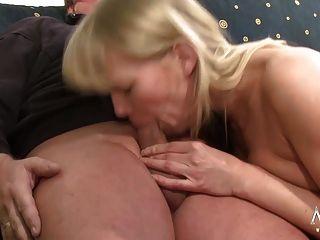 geile blonde babe tut alten kerz einen favor