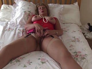 sexy Großmutter mit großen Titten und hungrige Fotze
