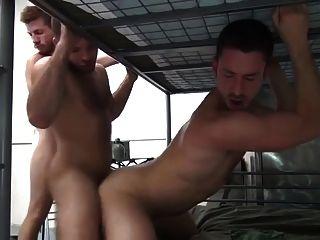 5 militärische Männer Bareback doppelte Fick in Kasernen