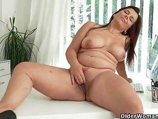 gut abgerundete milfs riona und ria nehmen eine masturbation pause