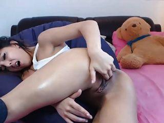 sexy Mädchen spielen mit ihren Löchern und Sperma