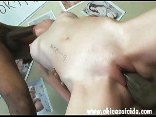 Heiße Rothaarige bekam ihre Pussy von zwei fetten schwarzen Schwänzen gestreckt
