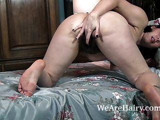 scharfe Streifen nackt und masturbiert in ihrem Bett