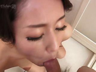 japanische reife saugt Schwanz in der Dusche (unzensierte jav)