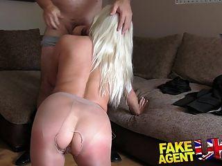 fakeagentuk schwüle Blondine mit großen Titten wird gefesselt