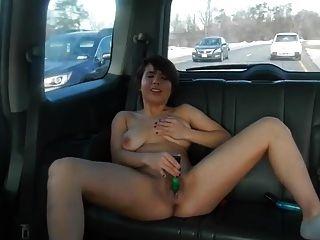 Mädchen masturbiert im Auto