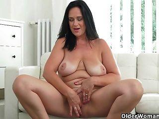 gut abgerundete milf ria schwarze finger ihre züchtige pussy
