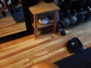extrem heiße Muskelfrau in ihrem privaten Fitnessraum gefickt