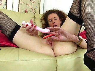 Ältere dünne Mutter mit durchnässter Vagina