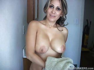 sexy alten Spunker rasiert ihre hübsche Pussy und hat einen schönen Wichsen