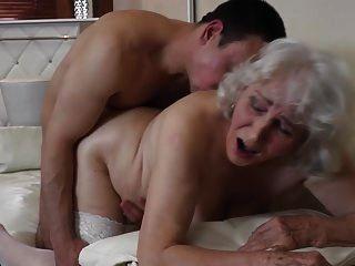 Oma mit behaarter Fotze mit Sex mit Jungen