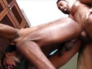 creampie dann Gesichtsbehandlung für die sexy schwarze Hündin