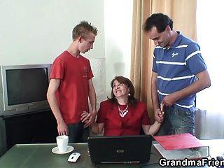 Büro 3some mit 80 Jahre alten Oma in Strümpfen