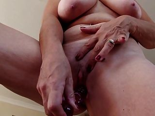 sexy Oma mit großen Titten und hungriger Fotze