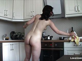Nackt in der Küche zu bekommen macht sie glücklich!