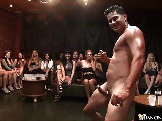 geile Frauen lutschen Stripper Schwanz