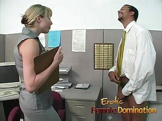 bossy blonde Büro Hündin dominiert und demütigt Arbeiter