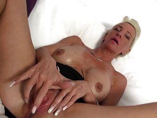 vollbusige Oma mit durstig große Vagina