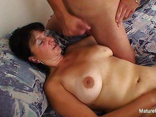busty Oma nimmt eine Last auf ihre Titten