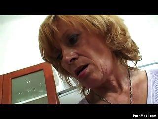 Oma Dreier in der Küche
