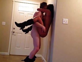 das Paar hat zu Hause Sex ohne Kondom