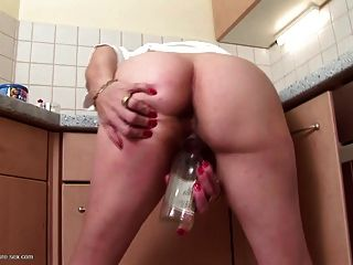 alte Hündin fickt ihre stinkende, behaarte Fotze mit Flasche