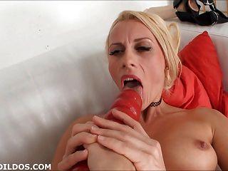 blonde Lesben mit großen Dildos