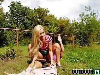 süße blonde Babe wird für ein Bargeld im öffentlichen Platz geschlagen