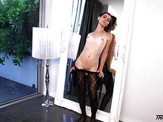sexy weiße Transen nimmt riesigen schwarzen Schwanz