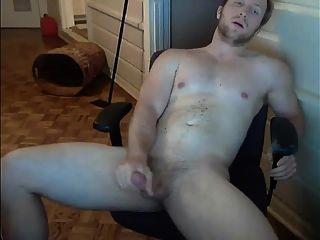 niedlicher muskulöser Gestüt wichst ab und cums für mich auf cam