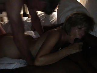 amateurhorny.sexy milf hart von zwei geilen Männern gefickt