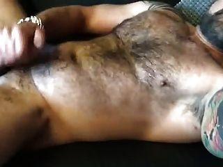 heißer behaarter Muskelvati wichst für mich und Cums
