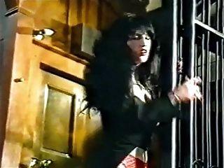 Glückszahl Vintage Goth in Strümpfen tanzt und neckt