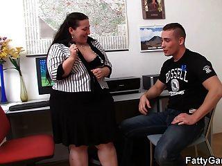 big belly office plumper verführt den Klienten