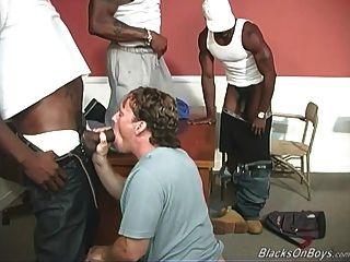 ein schwarzer Lehrer und zwei schwarze Studenten, die einen weißen Kerl teilen