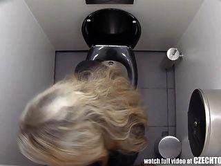 muss zusehen was Mädchen im Badezimmer machen