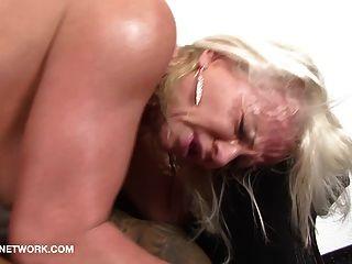 blonde Oma gefickt von zwei schwarzen Jungs interracial hardcore