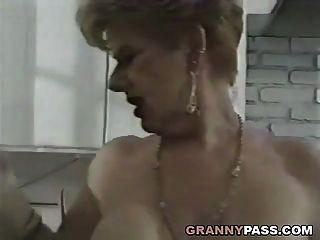 Oma fickt junge Schwanz in der Küche