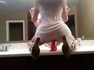 Hot Girl reitet Dildo vor Spiegel