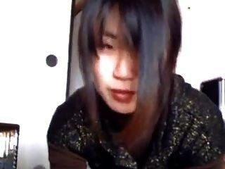 asiatisches Sperma im Mund spucken
