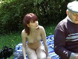 hübsche junge französisch Rothaarige von Oldman Voyeur im Freien geschlagen