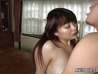 asiatische busty Hündin bekommt ihre haarige Muff gefüllt