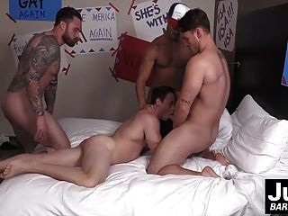 armer sexy Twink wird von drei großen Schwanz Kerlen gefickt